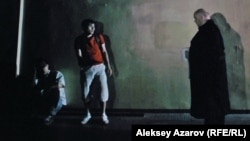 """Кадр из фильма «История Казахского кино: Подполье """"Казахфильма""""», где изображена встреча героев с охранником киностудии."""