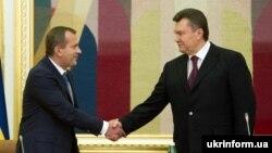 Андрій Клюєв (ліворуч від екс-президента Віктора Януковича) очолював РНБО з 2012 по 2014 рік, потім близько місяця був головою Адміністрації президента Януковича. Після перемоги Революції гідності залишив Україну
