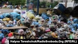 Переповнений майданчик зі сміттям у Львові, 13 червня 2017 року