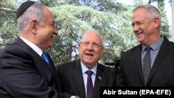 Сначала президент Израиля Реувен Ривлин (в центре) поручил создание правительства премьер-министру Биньямину Нетаньяху (слева). Теперь он планирует дать такую возможность лидеру центристов Бени Гатцу
