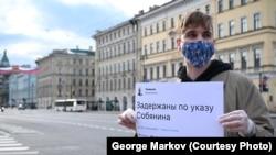 Один из пикетчиков в Петербурге