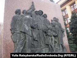 Барельєф радянської доби на Площі Героїв Майдану у Дніпропетровську