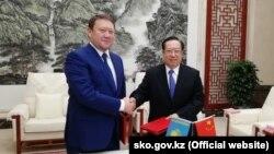 На опубликованном 27 ноября 2017 года акиматом Северо-Казахстанской области (СКО) фото – аким СКО Кумар Аксакалов (слева) на встрече с губернатором китайской провинции Хубэй Ван Сяодуном.