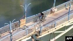 Un pod parțial distrus de lupte la Deir Ezzor, în Siria