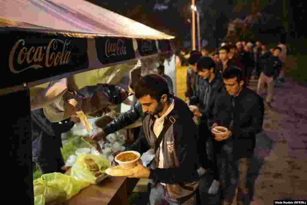 У мусульман в Рамазан принято после захода солнца угощать людей, независимо от их веры.