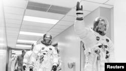Neil Armstrong astronaut Apola 11 maše na putu ka transportnom vozilu. (NASA/Reuters)