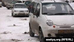 Автомобили Daewoo Nexia и Daewoo Matiz на дороге. Алматы, 24 февраля 2014 года.
