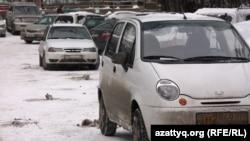 Автомобиле на улице в Алматы. Иллюстративное фото.