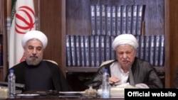 حسن روحانی در کنار اکبر هاشمی رفسنجانی در یکی از جلسات مجمع تشخیص مصلحت