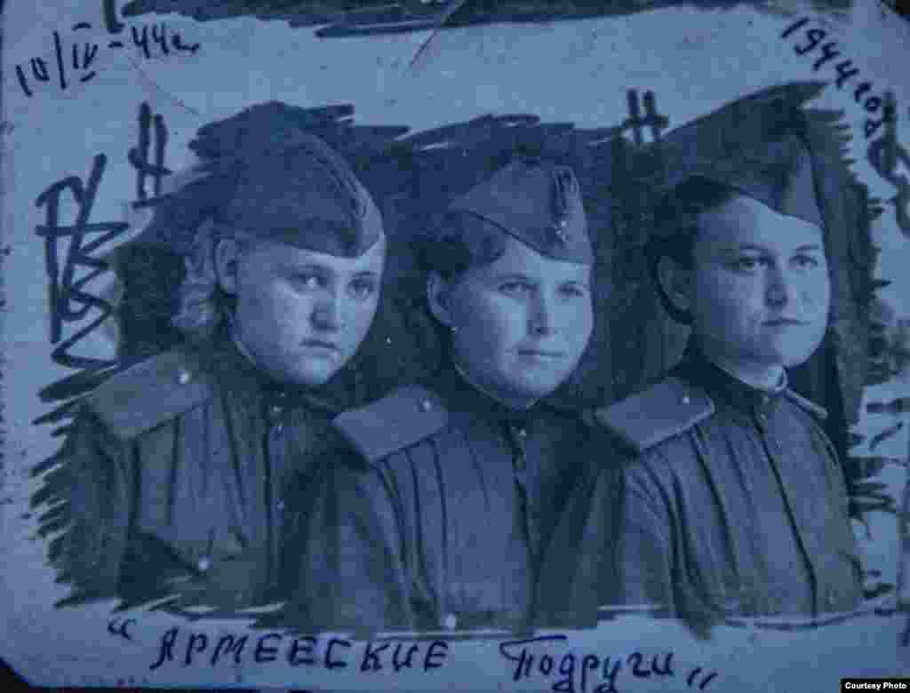 Хатипа Сафина(первая справа)по собственному желанию в 15 лет ушла на фронт. Она служила в железнодорожной части №522978.