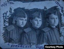 Хатипа Сафина курбалдаштары менен. 1944-жыл.