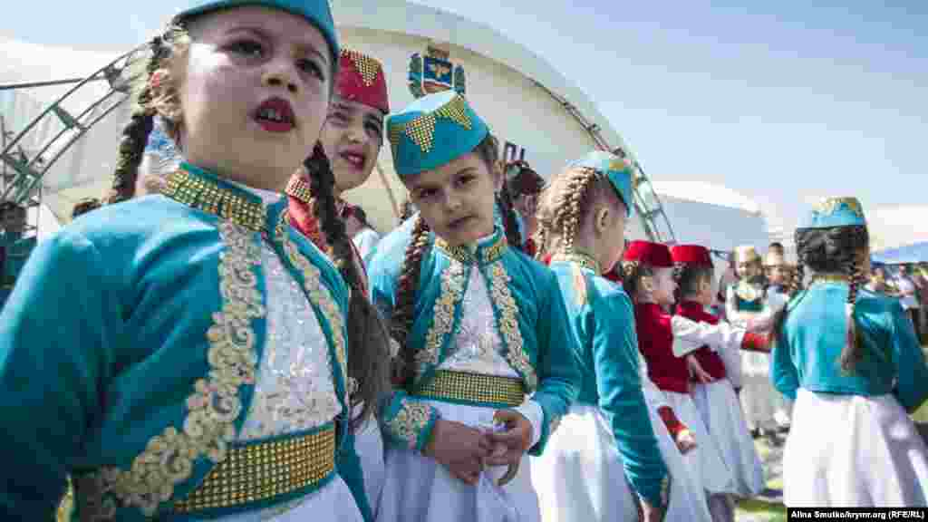 Участницы концерта после выступления в национальных крымскотатарских костюмах