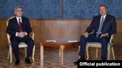 Ilhom Aliev (o') va Serj Sargsyan Tog'li Qorabog' masalasi bo'yicha so'nggi uchrashuvda, Vena, 2016 yil 16 mayi.