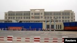Одно из учреждений в китайском регионе Синьцзян, называемых властями Китая «центрами профессиональной подготовки», которые правозащитники и международные организации характеризуют как лагеря для интернированных. Хотан, 7 сентября 2018 года.