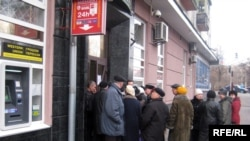 Черга людей, які чекають на видачу депозитних вкладів біля одного з київських банків, 10 лютого 2009 р.