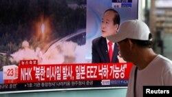 مردی در ایستگاه قطار سئول در حال تماشای اخبار مربوط به کره شمالی است.
