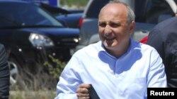 Іване Мерабішвілі прибуває на допит до прокуратури в місті Кутаїсі, де його і взяли під варту, 21 травня 2013 року