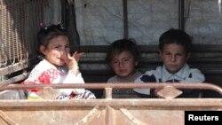 Деца от пограничния сирийски град Тел Абяд напускат района