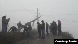 Местные жители решили не дожидаться спасателей и приступили к восстановительным работам