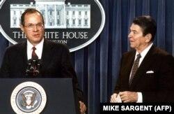 قاضی آنتونی کندی (چپ) در کنار رونالد ریگان رئیسجمهور وقت آمریکا