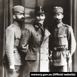 Лонгин Цегельський (праворуч) разом із Михайлом Волошином (посередині) та Іваном Боберським (ліворуч) у формі Українських січових стрільців, 1918 рік