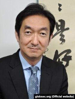 Коіці Аі — выканаўца абавязкаў генэральнага дырэктара Інстытуту міжнародных стасункаў Японіі.