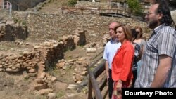 Министерката за култура Елизабета Канческа-Милевска, градоначалникот на општина Битола Владимир Талески и директорот на Управата за заштита на културното наследство, Виктор Лилчиќ во посета на локалитетот Хераклеја на 23 август 2013 година.