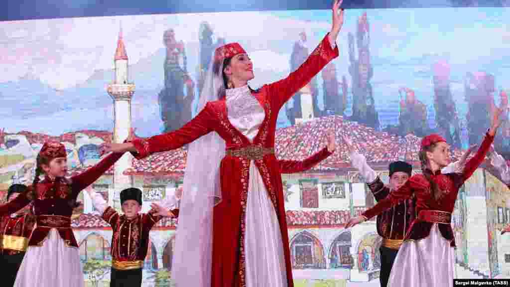 На конкурсе также выступали различные творческие коллективы Крыма