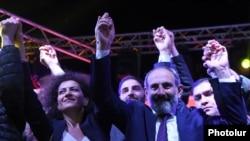 Оппозиция лидери Никол Пашинян аянттагы эл менен. 1-май, 2018-жыл.