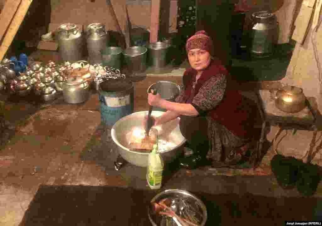 Андаз - жена менеджера чайханы Сурана. Она единственная женщина, которой можно посещать чайхану, но только для того, чтобы помыть посуду.