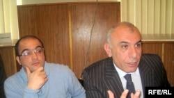 Журналист Эйнулла Фатуллаев (слева) и адвокат Исахан Ашуров во время суда, 28 апреля 2010 года