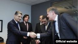 Генсек ЕНП Антонио Лопес-Истуриз Уайт (справа) приветствует премьер-министра Армении Тиграна Саргсяна, Брюссель, 24 октября 2013 г. (Фотография - пресс-служба правительства Армении)