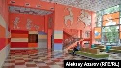 Театр фойесінің реконструкциядан кейінгі қалпы. Алматы, 24 шілде 2013 жыл.