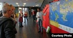 Удзельнікі канфэрэнцыі перад мапай атамных станцыяў