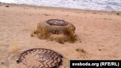 Пракладзеныя праз пляж трубы. На люках літара «К» – каналізацыя