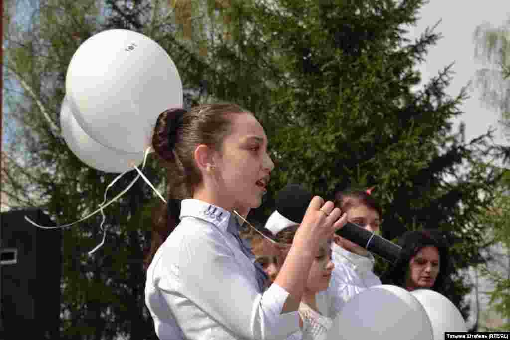 На траурном митинге выступали не только взрослые – но и дети. Они рассказывали стихи, пели песни на армянском языке и запускали в небо белые шарики в память о сотнях тысяч армян, погибших в Османской империи.