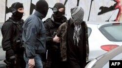 Францияның арнаулы полиция жасағы күдікті радикалды топ мүшесін тұтқындап жатыр. Рубэ, 4 сәуір 2012 жыл.