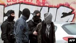 Бойцы спецназа французской национальной полиции (GIPN) во время ареста подозреваемого боевика-исламиста. 4 апреля 2012 года.