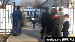 Родители встречают своих детей у ворот школы. Шымкент, 23 октября 2015 года.
