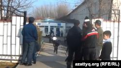 Родители встречают детей у ворот школы. Шымкент, 23 ноября 2015 года.