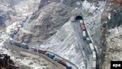 Ýük maşynlary Pakistanda öndürilen harytlary Kabul-Jalalabad ýoly arkaly Owganystana daşaýarlar, 12-nji fewral, 2007-nji ýyl.