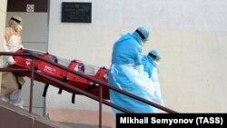 МИНСК, БЕЛОРУСИЈА: Членови на медицинскиот тим во заштитни костуми