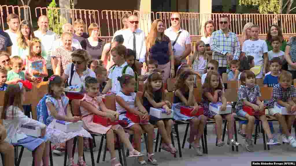 МАКЕДОНИЈА - Чуден почетокот на новата школската година. Во Скопје во едни училишта се одвиваше штрајкот организиран од Синдикатот за образование и наука, а во други имаше само прием на првачињата, но без наставна програма. Работниците во образованието бараат повисоки плати за 25 проценти додека од Министерството за образование велат дека платите се покачени за 10 отсто од август лани во кои се вклучени и сегашните пет проценти.