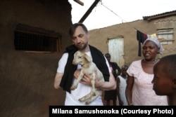 Спілкування з місцевими мешканцями у Кенії