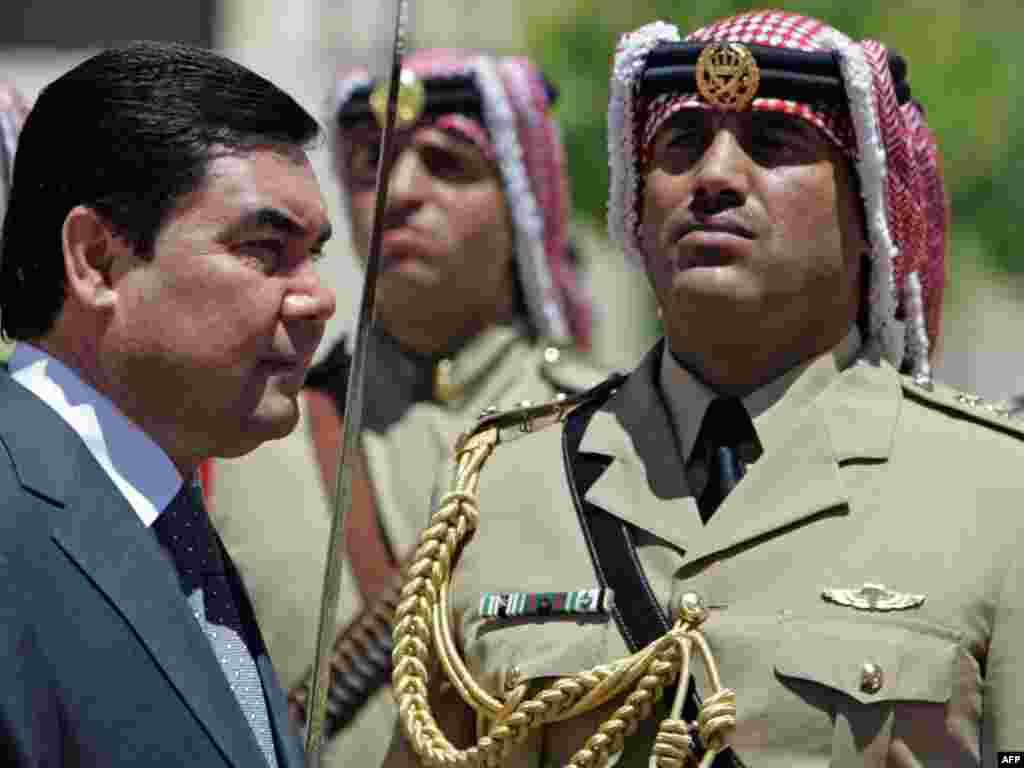Вы, меня не узнали? (Президент Туркмении во время визита в Иорданию, 29.06.2009).