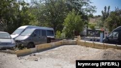 Прямо напротив строящейся автостоянки – КПП воинской части, Севастополь
