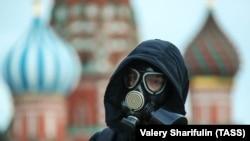 Москванын Кызыл аянтында беткап кийген киши. 14-март, 2020-жыл.