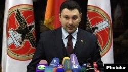 Вице-спикер парламента Армении Эдуард Шармазанов во время брифинга (архив)