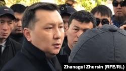 Заместитель акима Актюбинской области Кайрат Бекенов на встрече с протестующими.