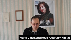 Оюб Титиев на фоне портрета убитой в Чечне коллеги Натальи Эстемировой